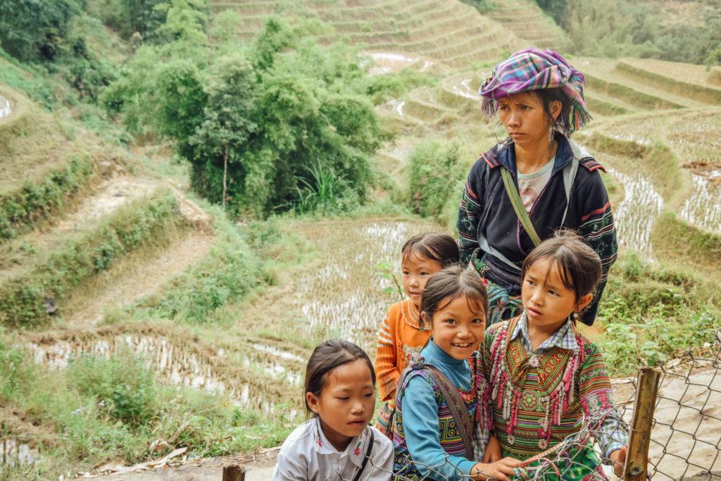 Une famille sur le bord du sentier