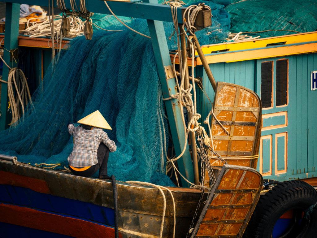 Une pêcheuse avec ses filets