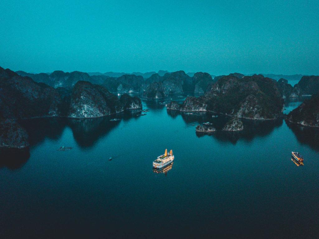 Baie d'Halong vue du ciel la nuit