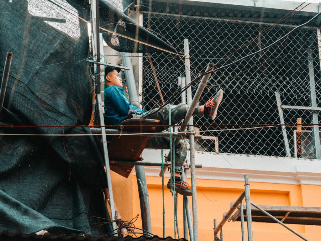 Un ouvrier qui prend sa pause