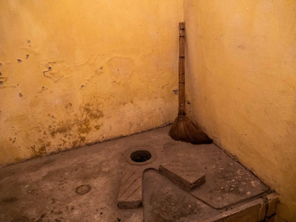 Les toilettes, rudimentaires et où il est nécessaire de bien viser!