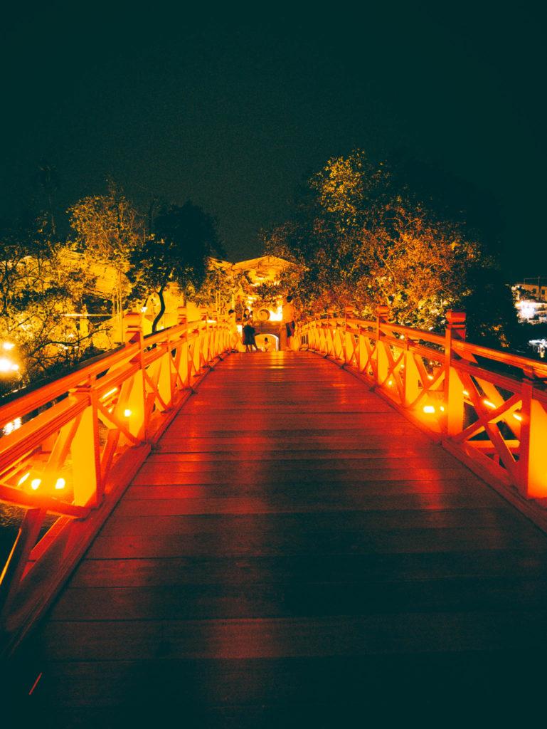 Le pont rouge de Hanoï sans personne!