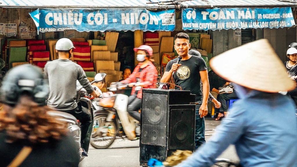 Un homme qui chante au milieu de la rue