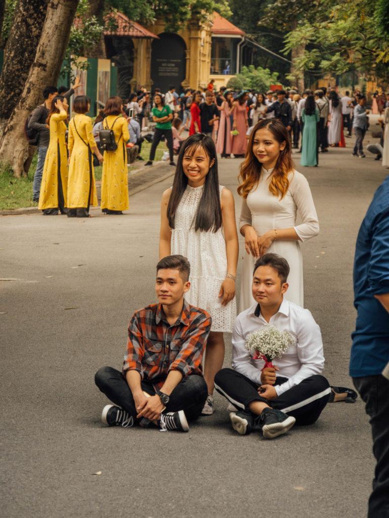 2 couples d'étudiants prennent la pose