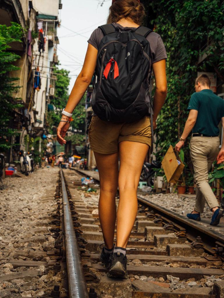 Chacun à son tour on marche sur les rails
