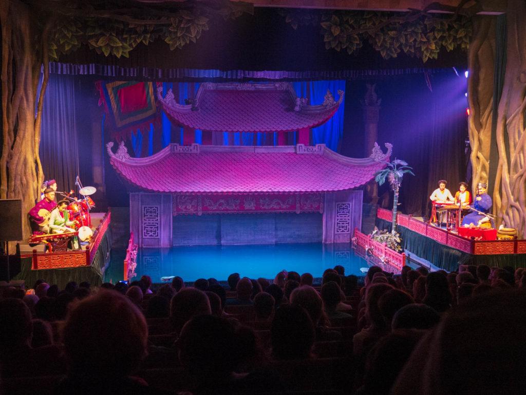La scène du spectacle des marionnettes sur l'eau