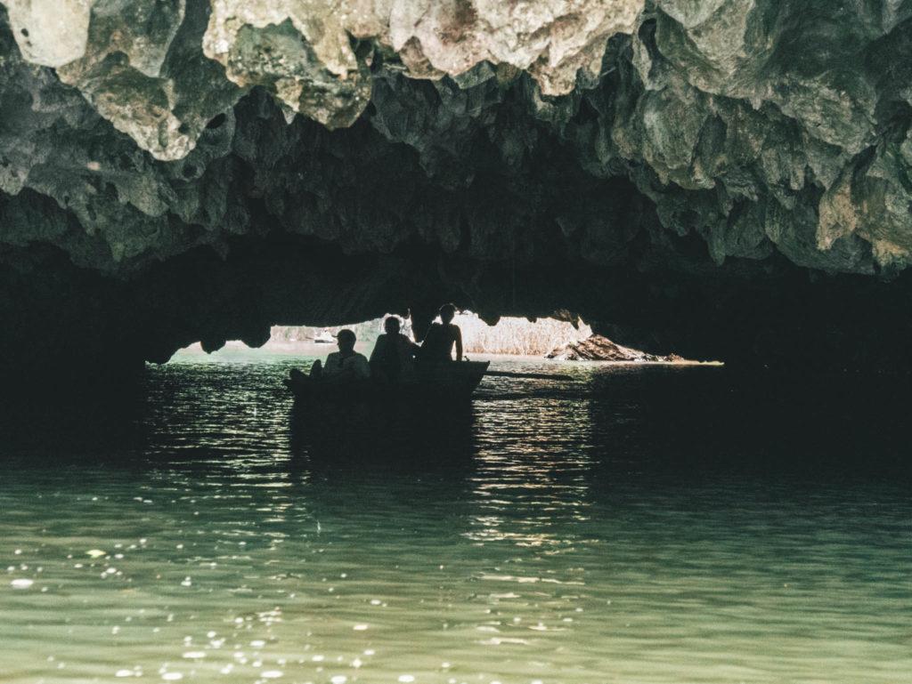Une des grottes à traverser en barque