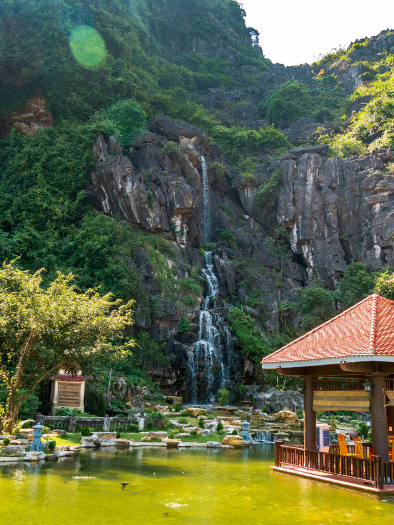 Une cascade à l'entrée de la montagne Mua