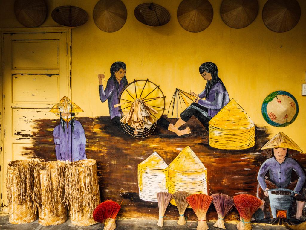 Des fresques représentants la fabrication des chapeaux coniques