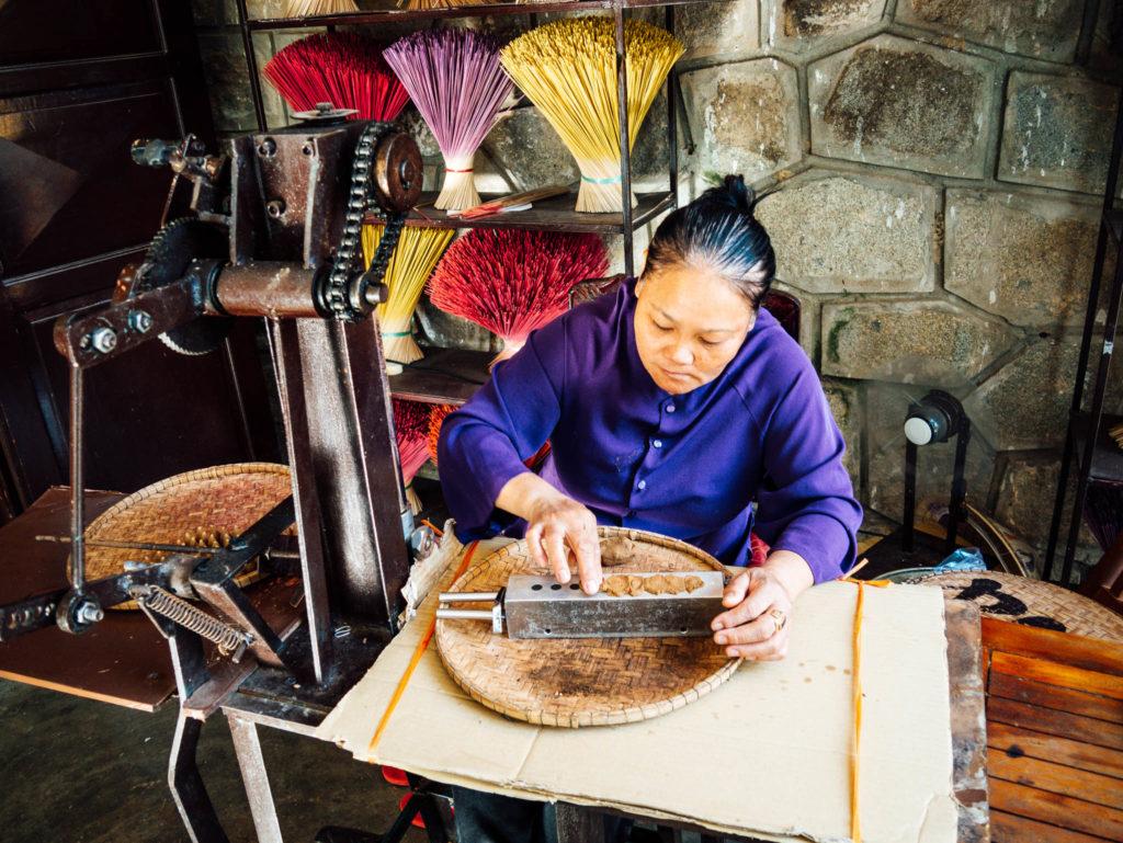 Une dame fabriquant des cones d'encens