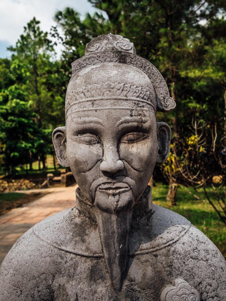 Une des statues à l'entrée du tombeau