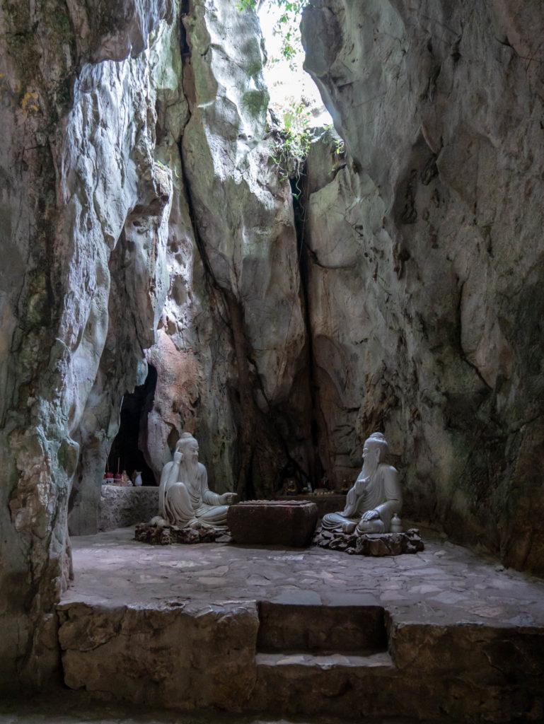 Une grotte dans la montagne de marbre