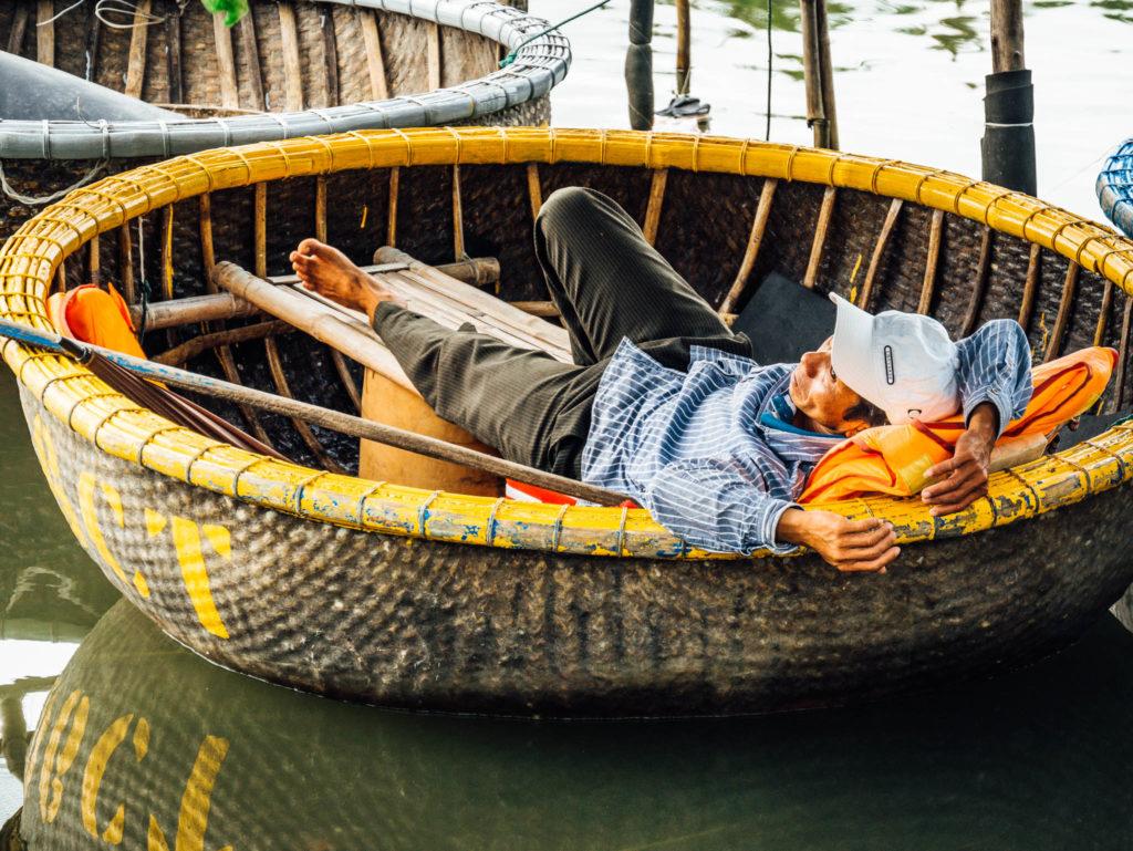 Un rameur dans sa barque