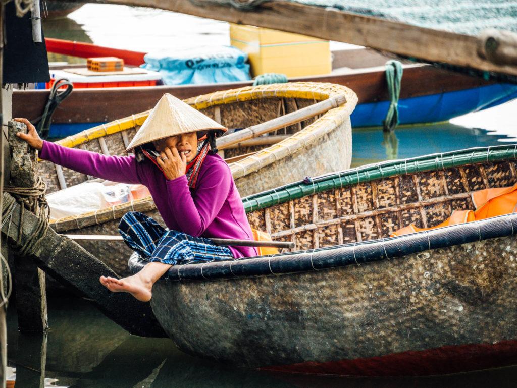 Une rameuse dans sa barque