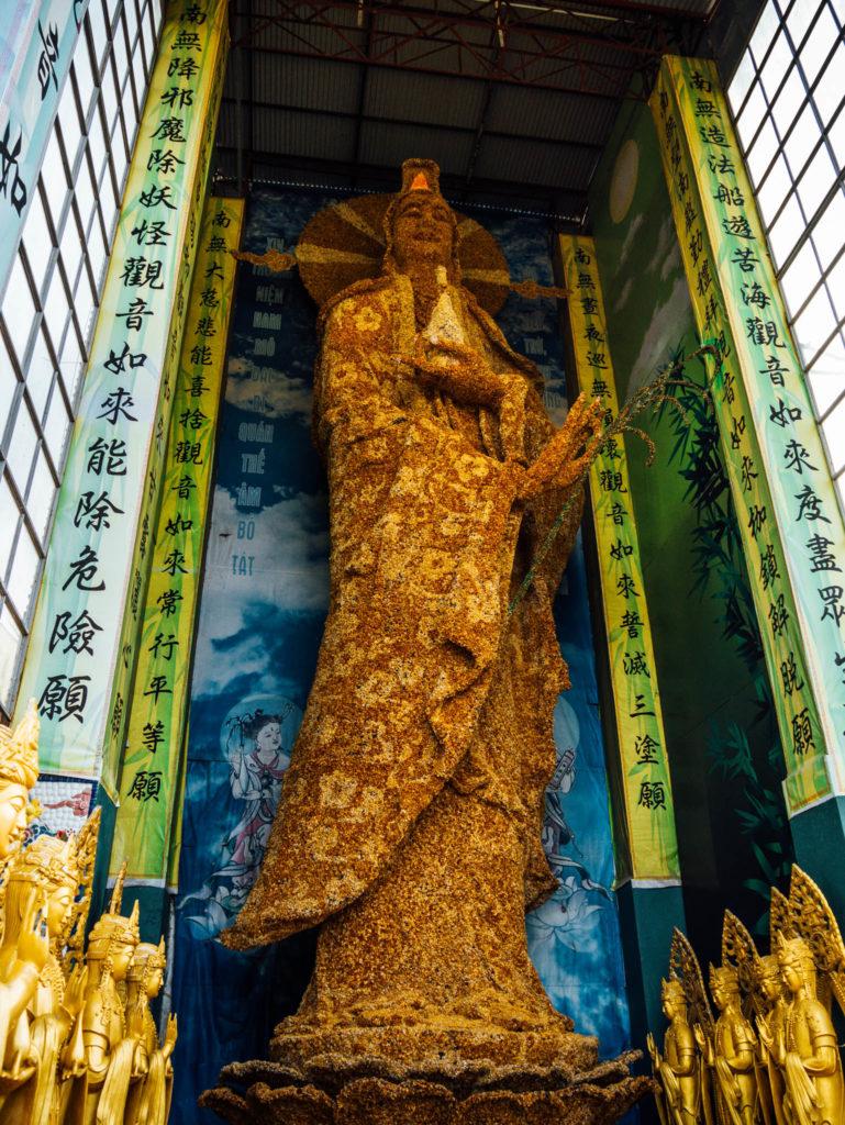 Un bouddha géant fabriqué avec des fleurs