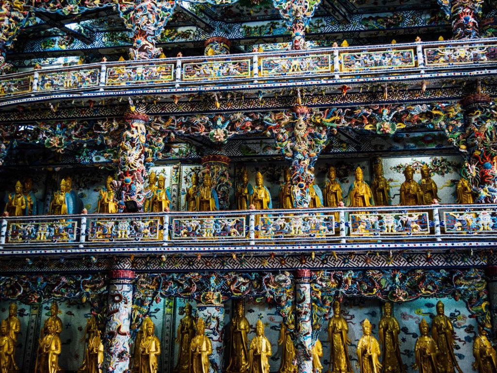 Les dizaines de bouddhas dorés