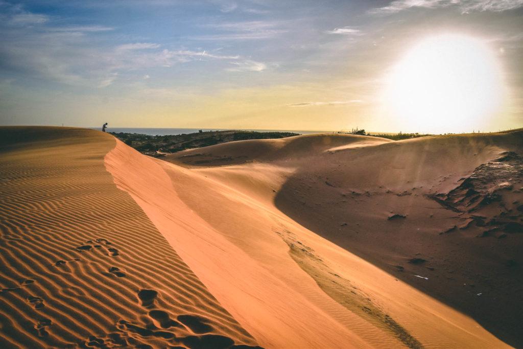 Le coucher de soleil sur les dunes rouges