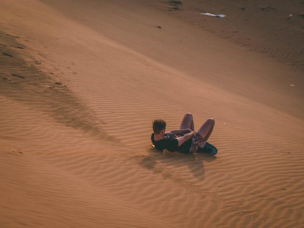 Certains descendent les dunes sur une planche