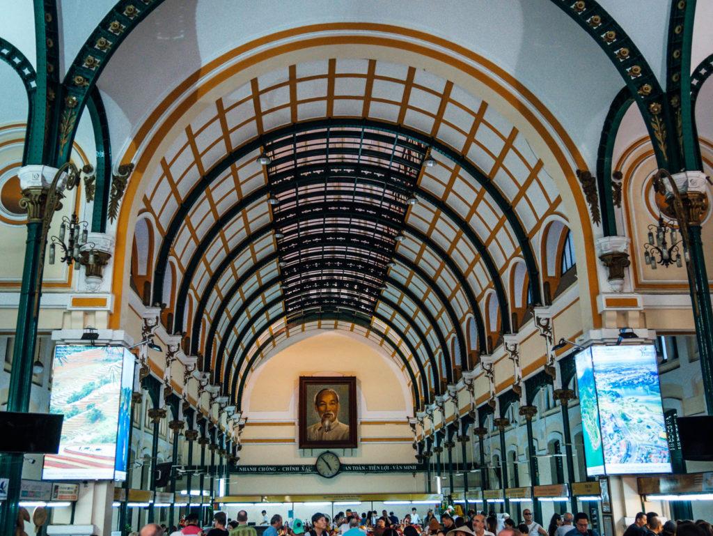L'intérieur de la poste d'Ho-Chi-Minh