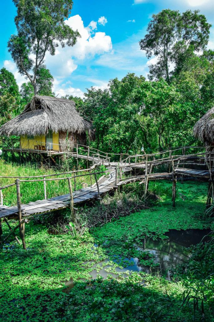 Les chambres  sur pilotis du lotus village