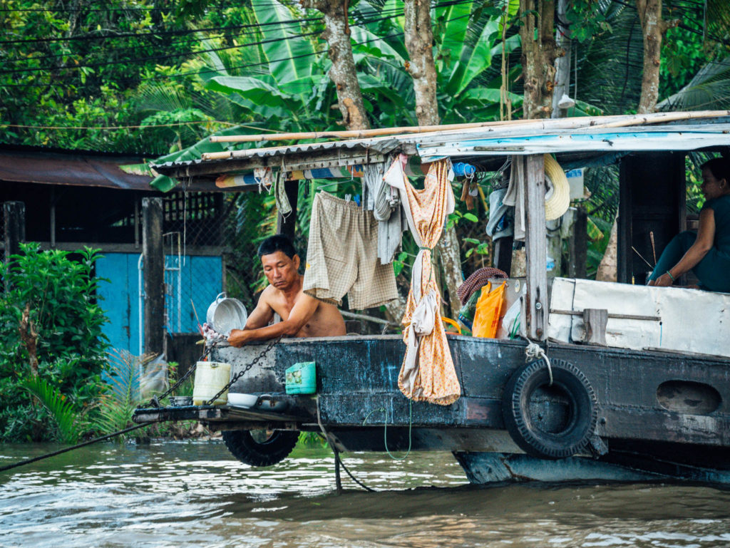 Les habitants utilisent l'eau du mékong pour tout : se laver, faire la cuisine etc