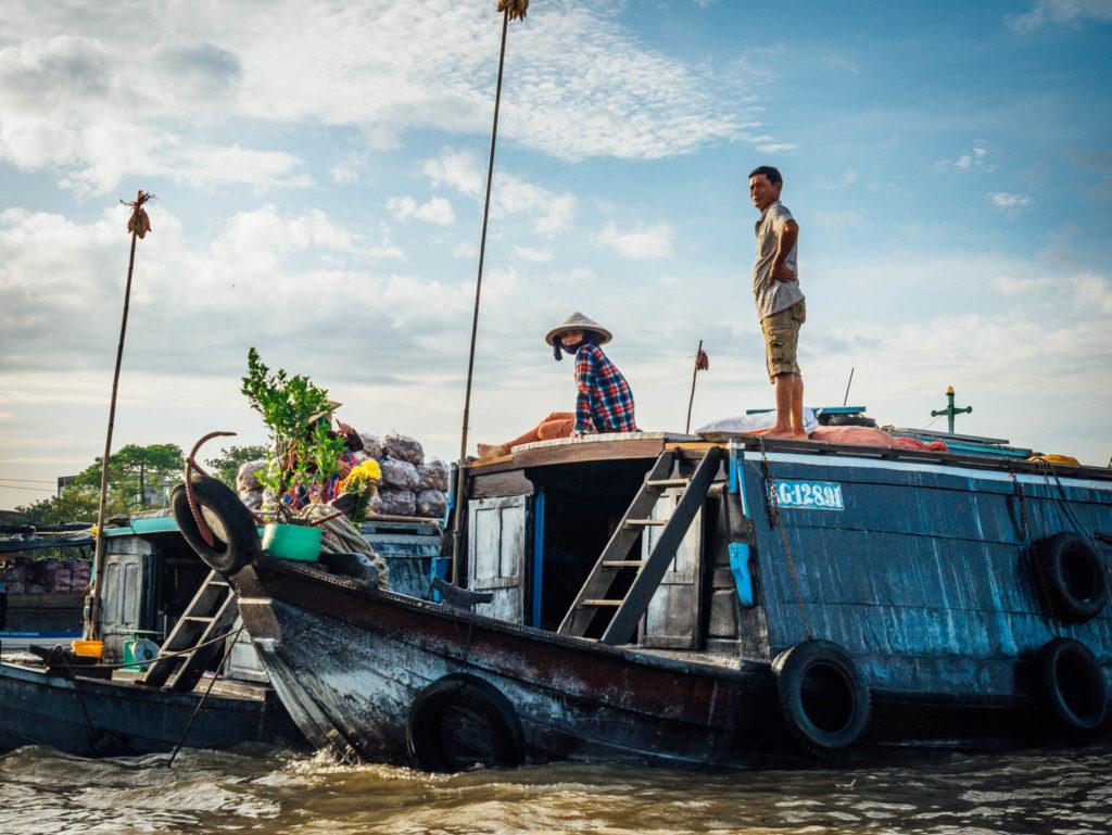 Des vendeurs dans le marché flottant