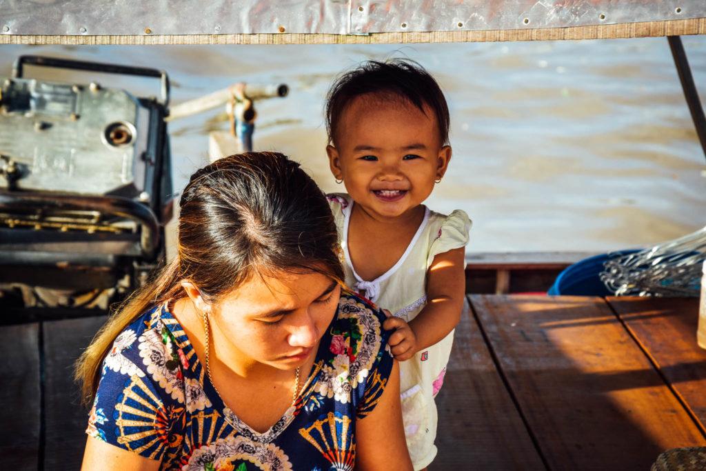 Dans le mékong, toute la famille vit sur le bateau