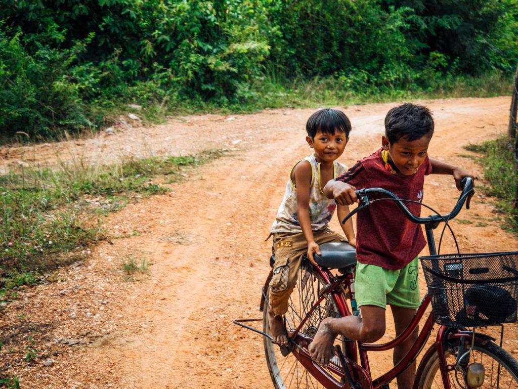 Des enfants sur la route faisant du vélo comme des grands