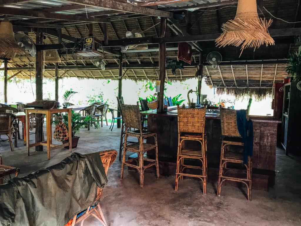 Le coin restaurant avec billard et jeu de fléchettes