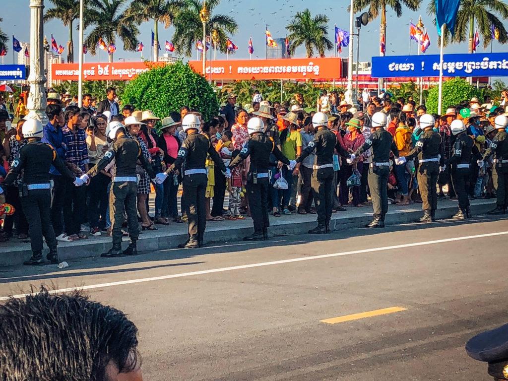 La garde nationale se donne la main pour emêcher les gens de passer