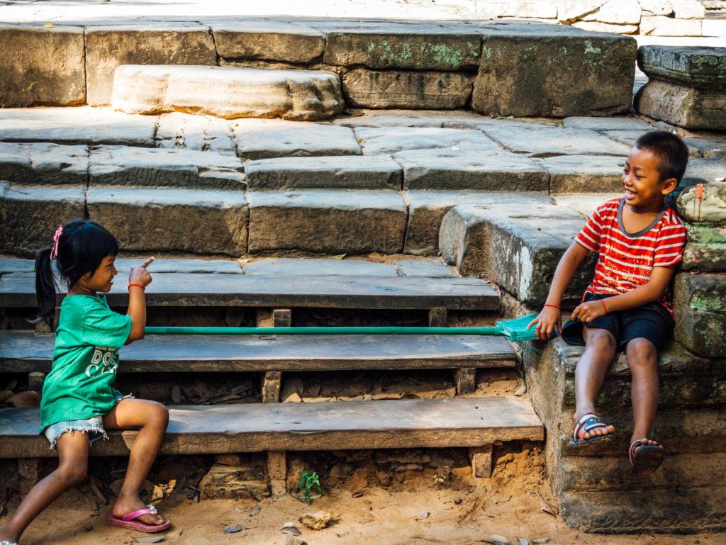 Deux enfants jouant dans les temples