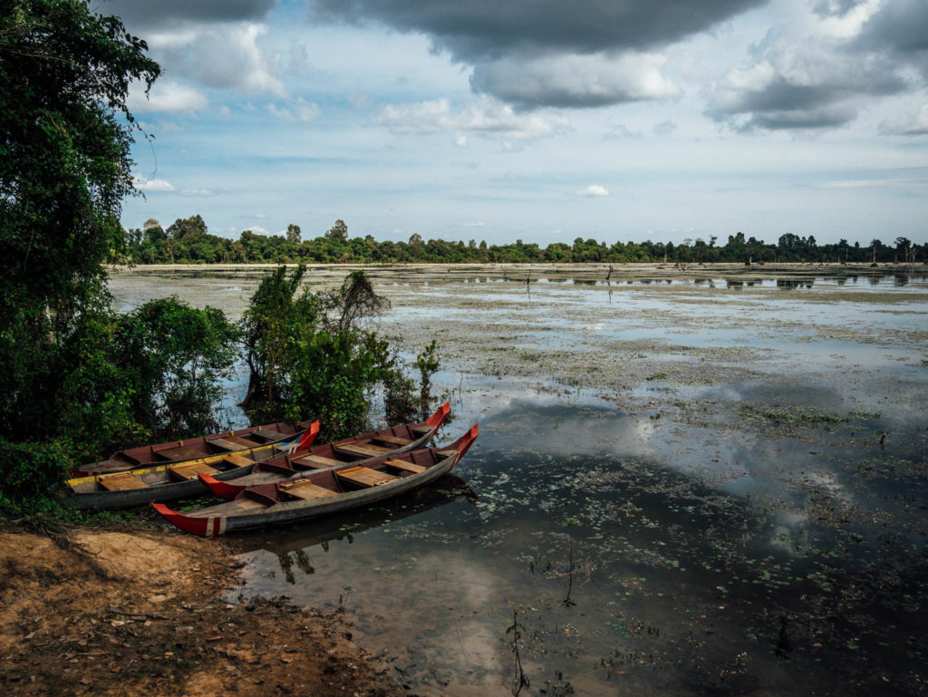 Des barques en bois inutilisées
