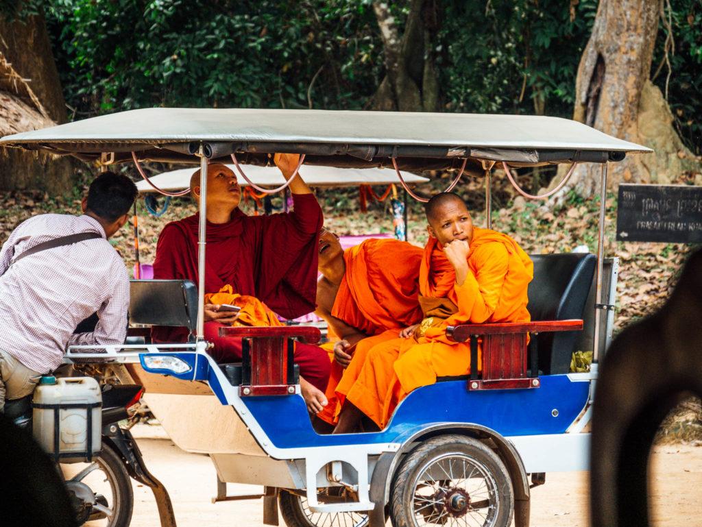 Des moines se déplaçant en tuk-tuk
