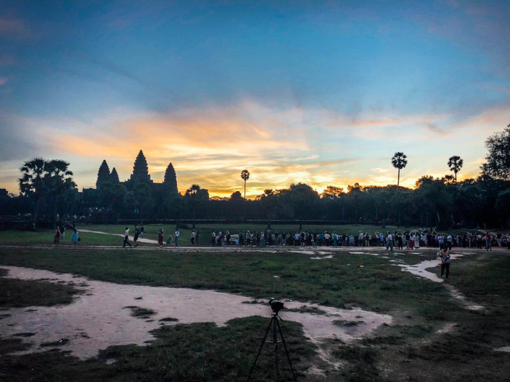 Un moment mgique lorsque le soleil se lève sur Angkor Vat