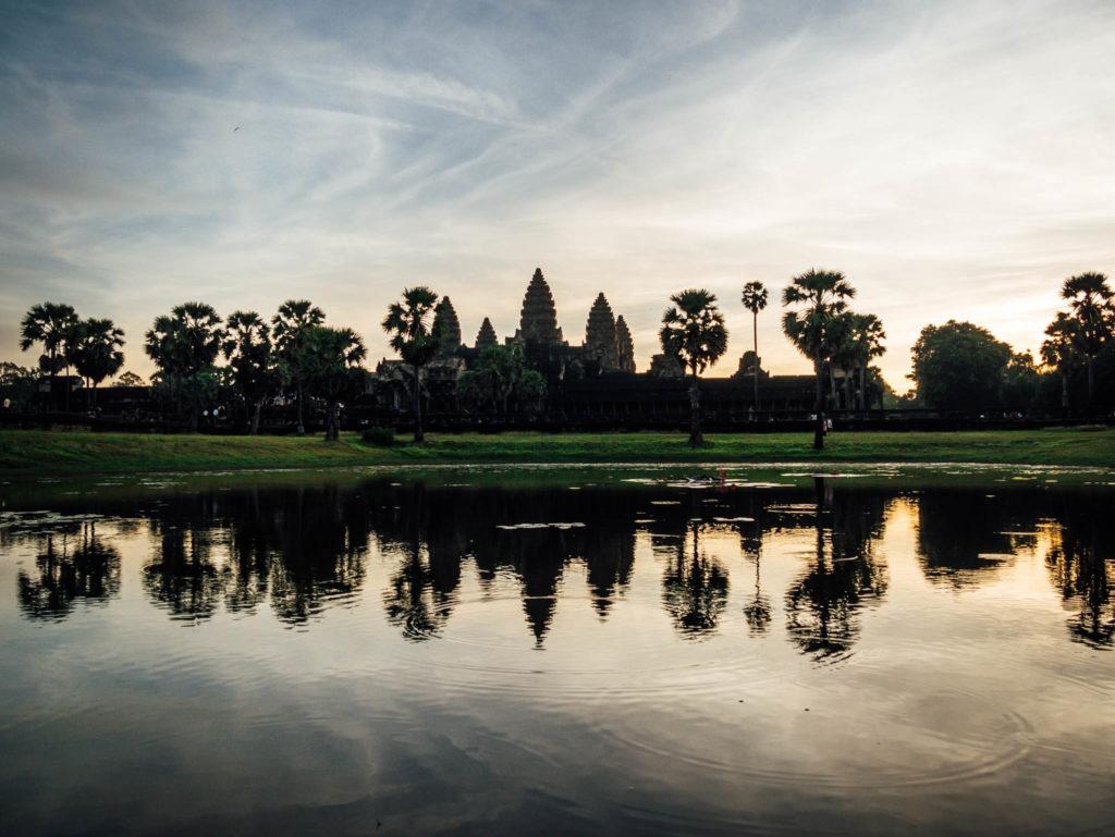 Le reflet dans l'eau du célèvre Angkor Vat