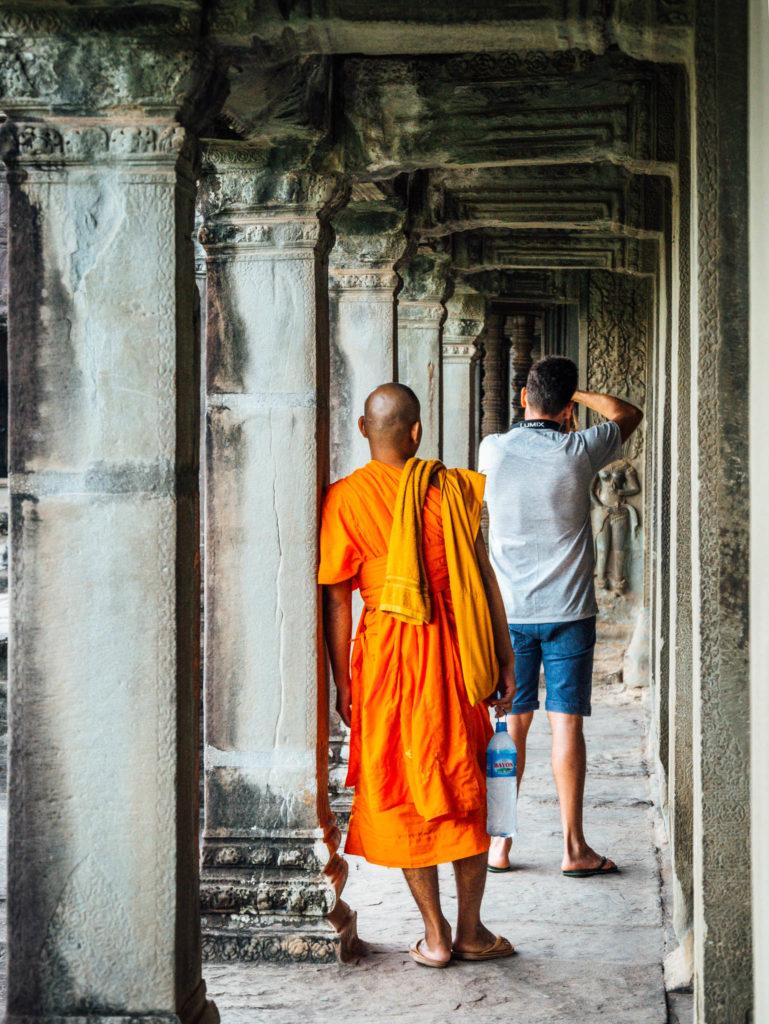 Un moine attend qu'un touriste prenne sa photo