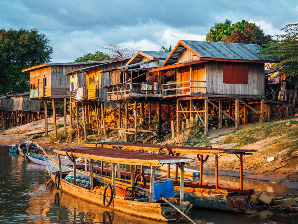 Les maisons sur pilotis au bord du mékong