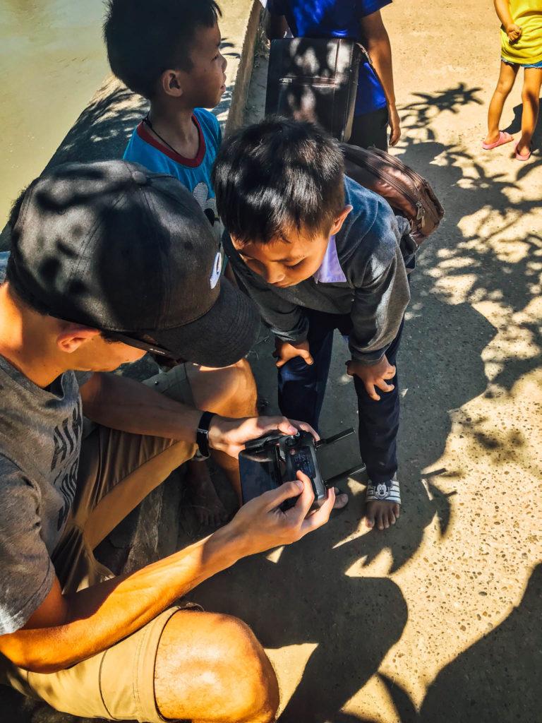 Les enfants captivés par le drone