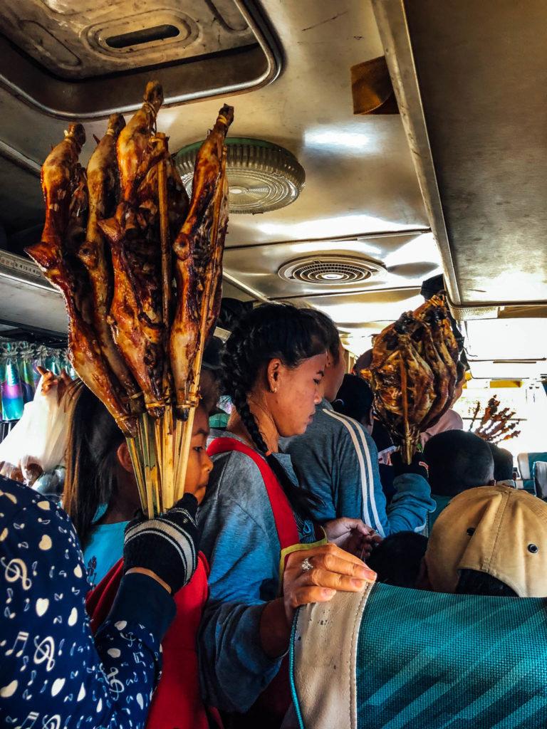 Des vendeuses dans le bus
