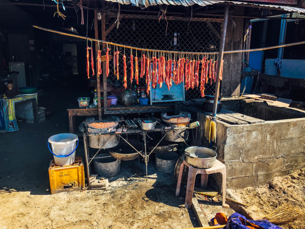 Un stand de viande sur le bord de la route