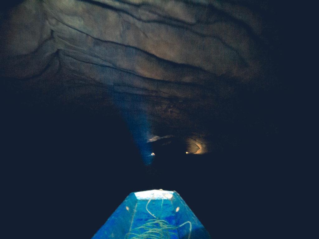 Seulement nos lampes frontales pour éclairer la grotte