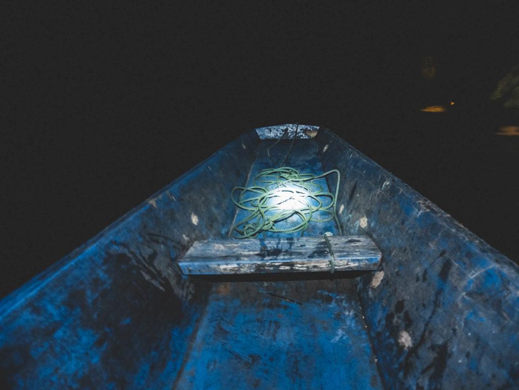 Notre barque dans le noir