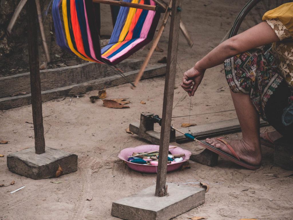 Une dame filant dans le village
