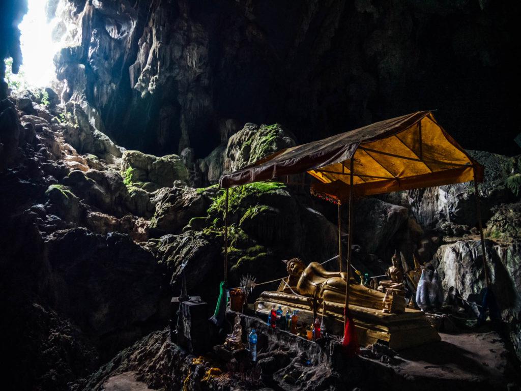 Un bouddha couché dans la grotte attenante au blue lagoon