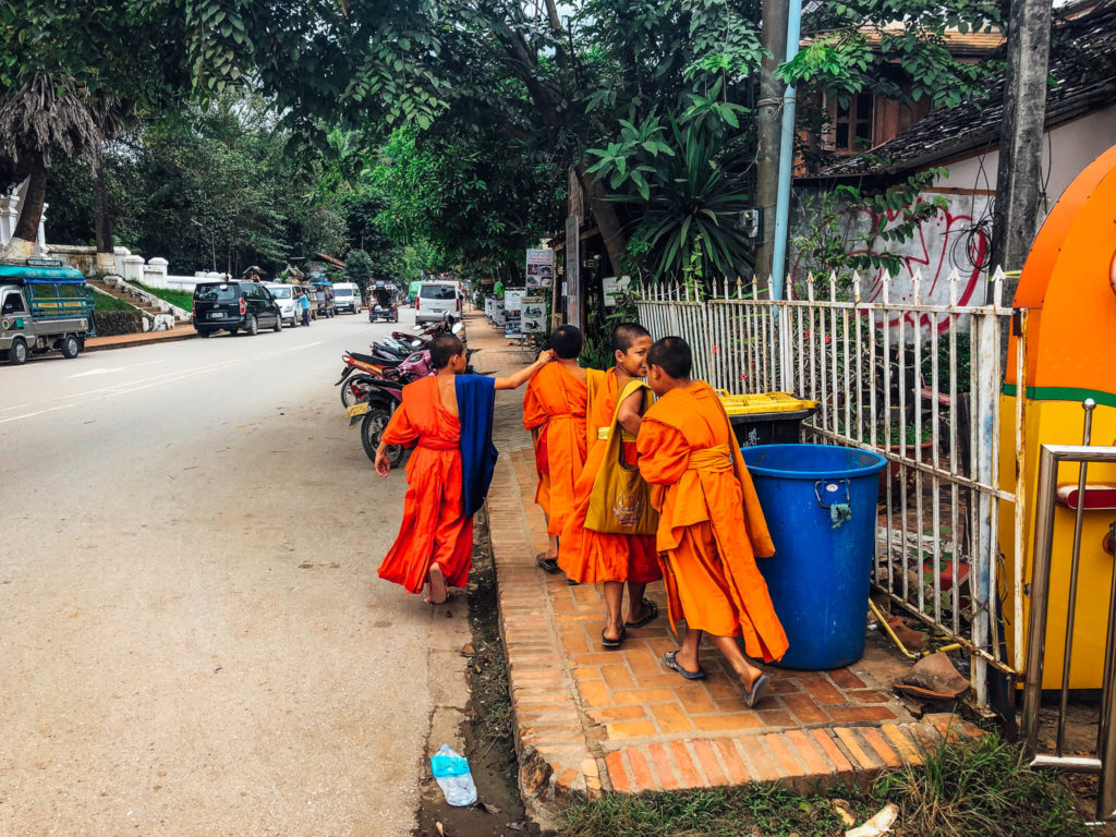 Des petits moines en tenues traditionnelles