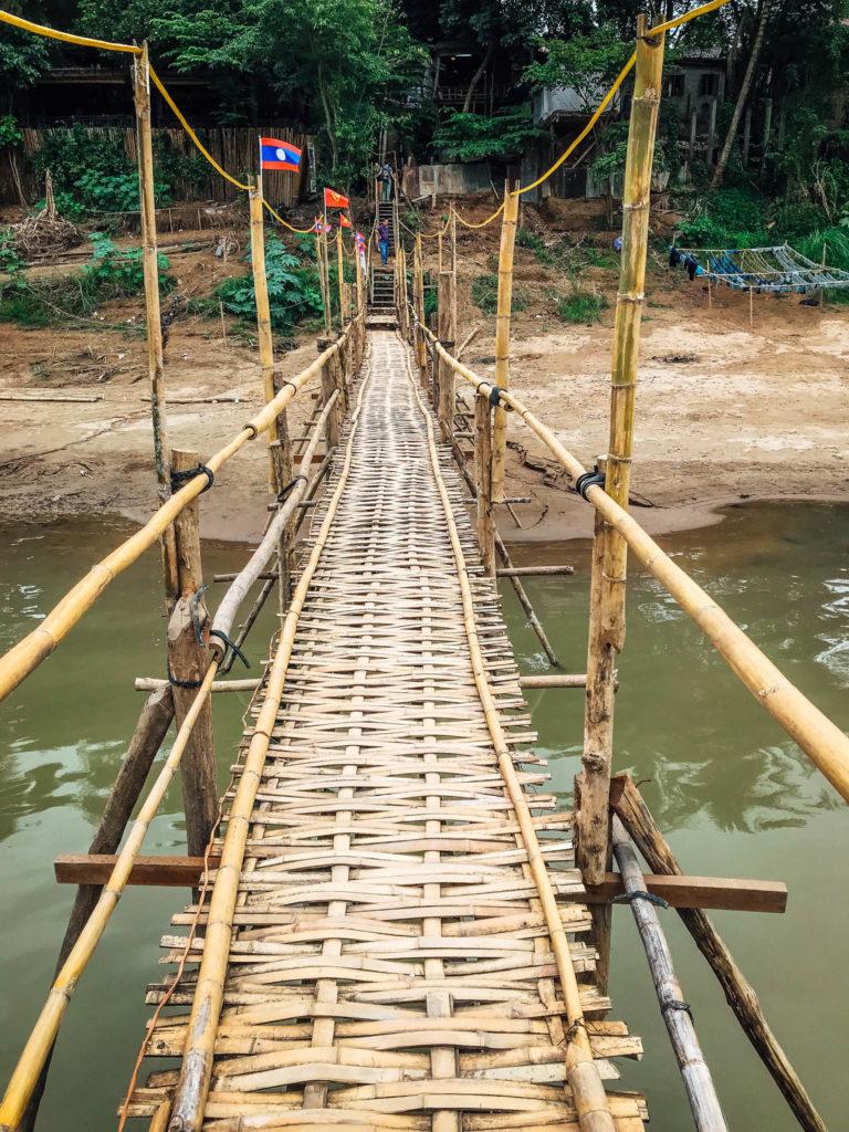 La traversée sur le pont en bambou