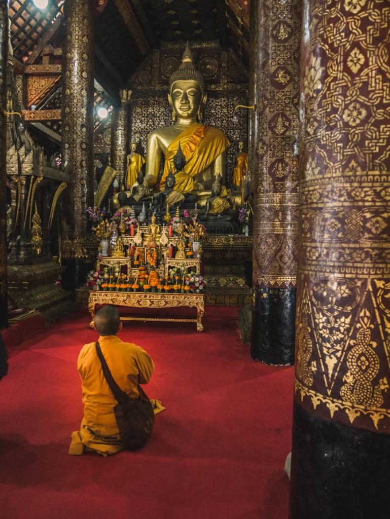 Un moine ne train de prier