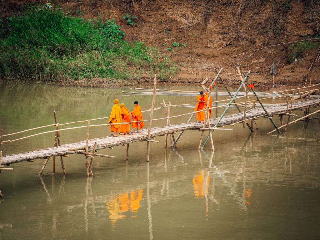 Des moines sur un pont en bambou