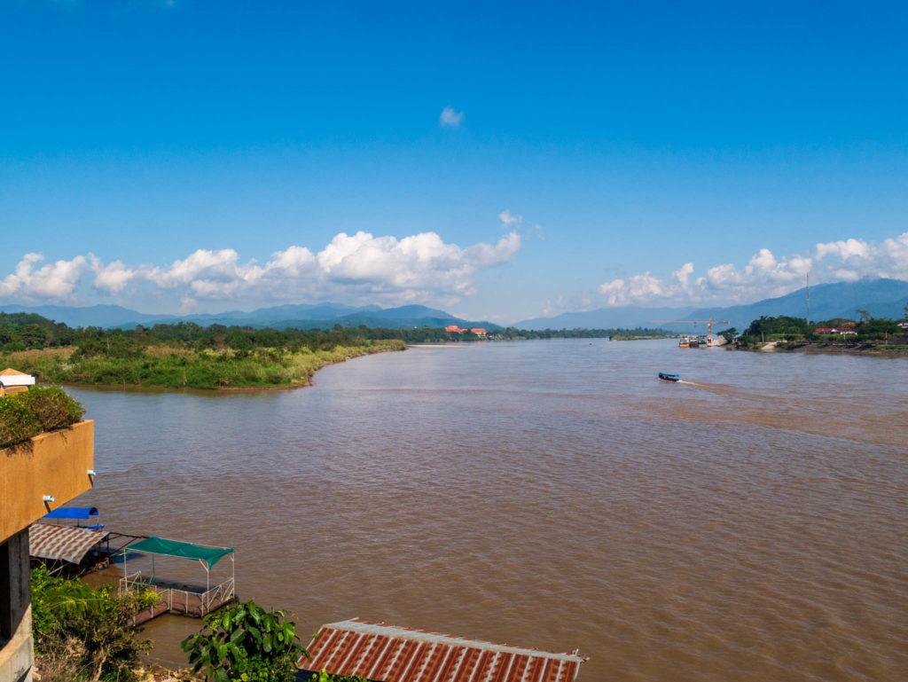 Au fond, les montagnes chinoise. A droite le Laos, A gauche, la Birmanie. En bas, la Thaïlande.
