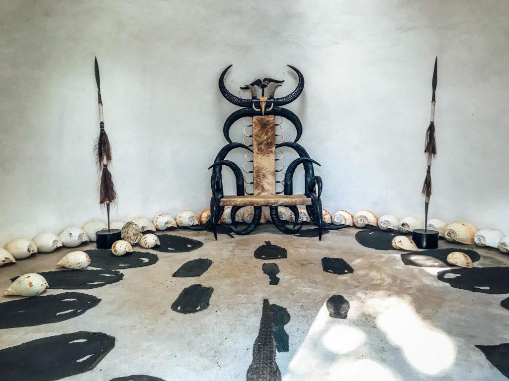 Un trône dans une maison blanche cette fois